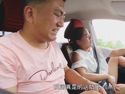 邋遢美女驾校学车,想不到却遇上了洁癖男教练,倆人对话太幽默了