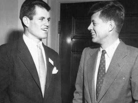 """年轻时的肯尼迪""""年轻、帅气、幽默、巨款""""是最大的标签"""