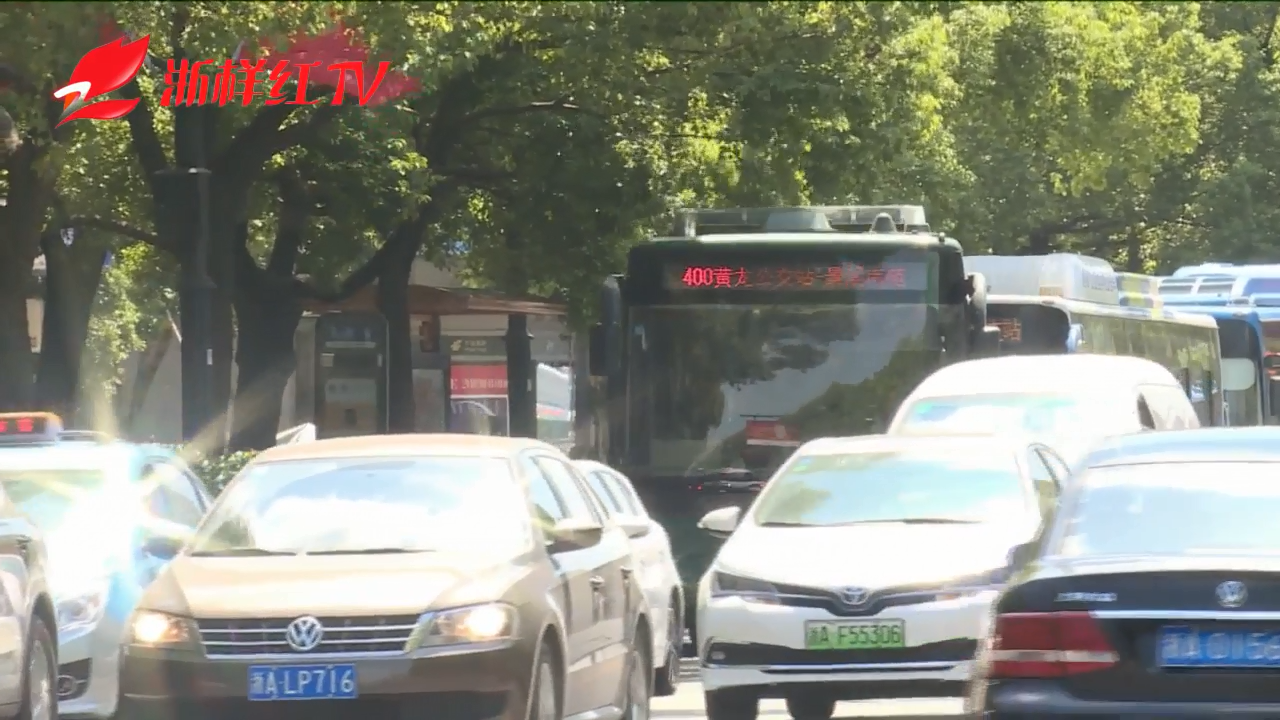 【杭州网约车司机突发心脏骤停 两名乘客跳车求助】
