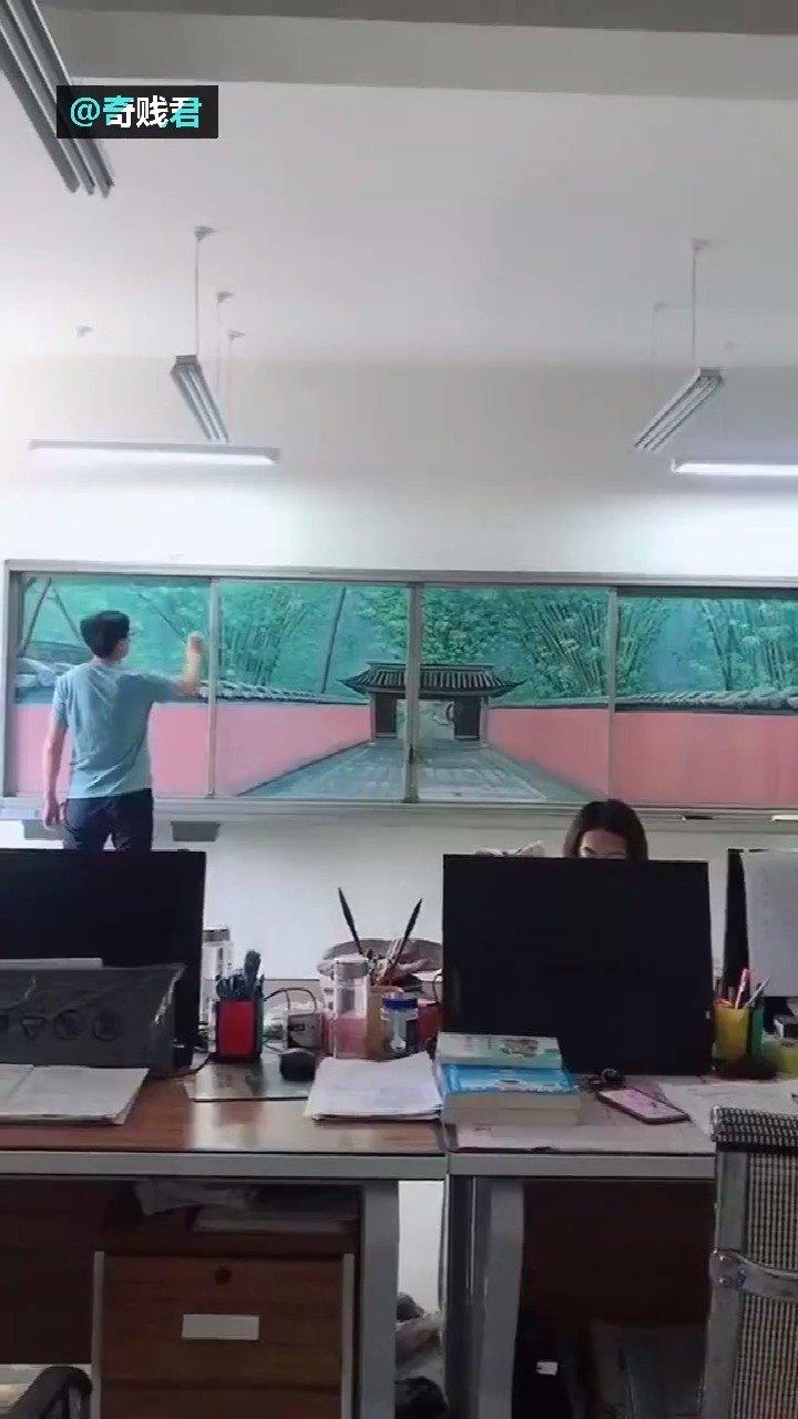 一位硬是把黑板变成窗户的老师......您这让值日生怎么下得去手啊