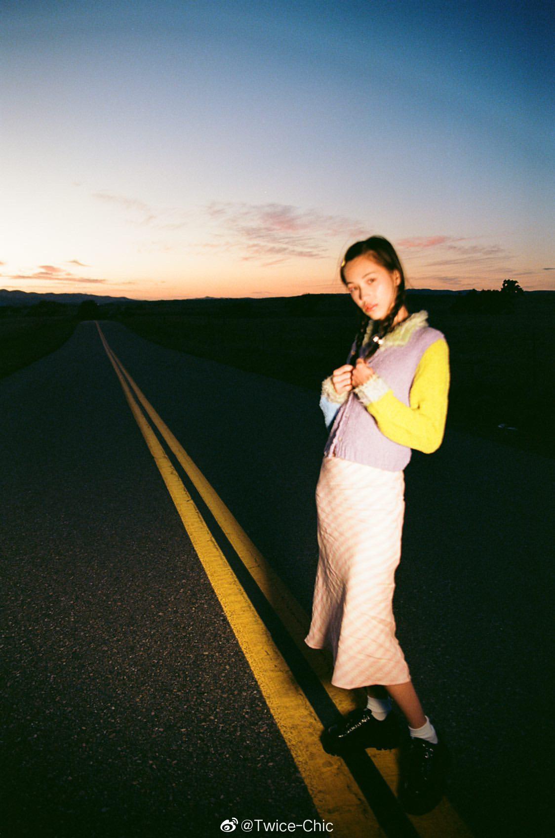 水原希子 | 日落黄昏时,凌乱发丝在荒野公路也被勾上了闪着光的边