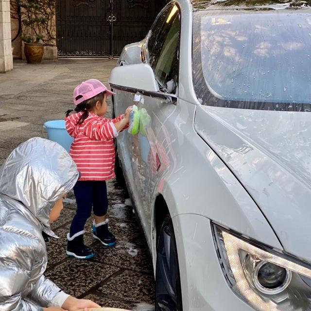 霍启刚晒儿女为自己洗车,换取零食和零用钱,教育观念获好评
