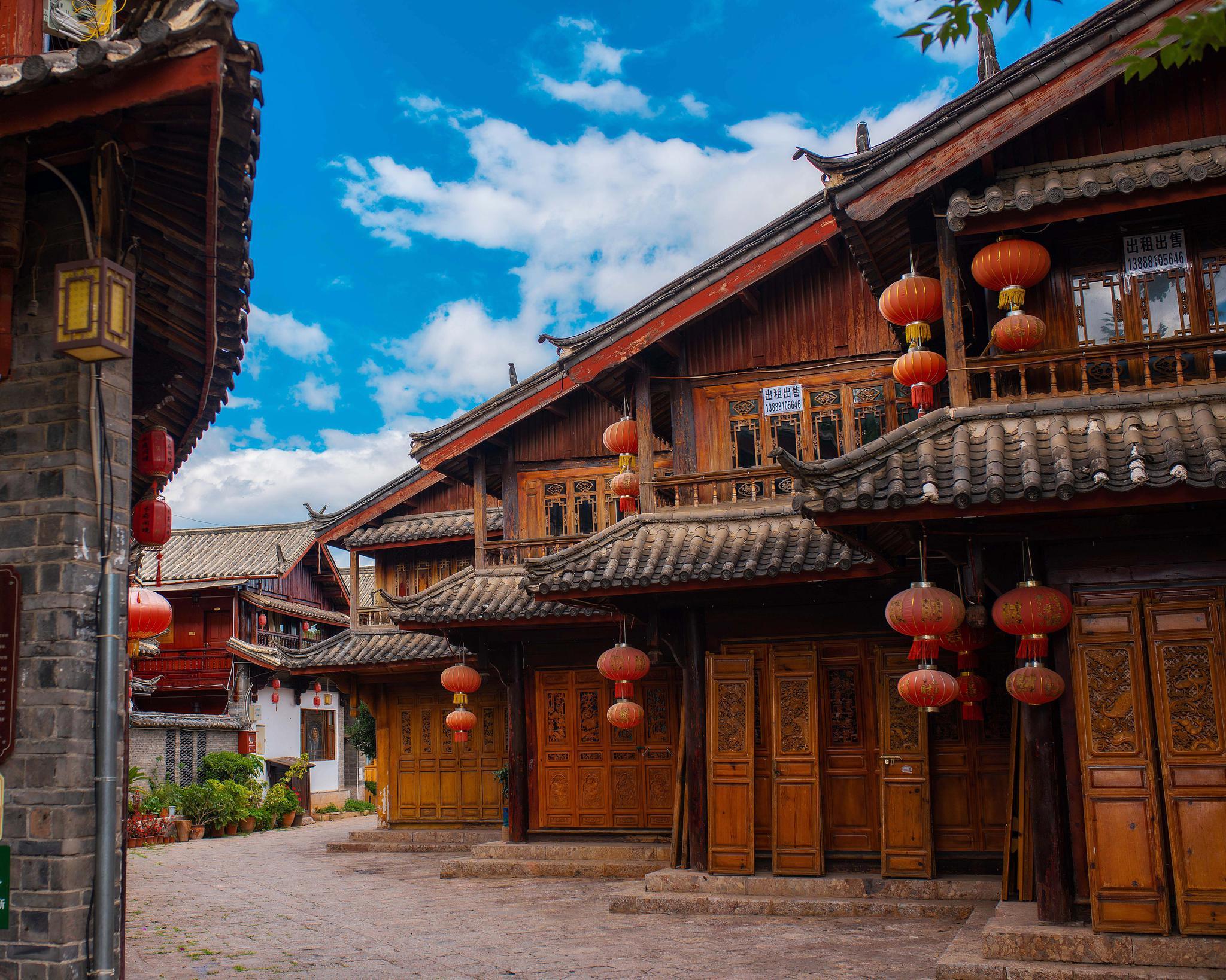 雨季过后的丽江,云色分明,整个丽江古城的建筑清晰地呈现在眼前