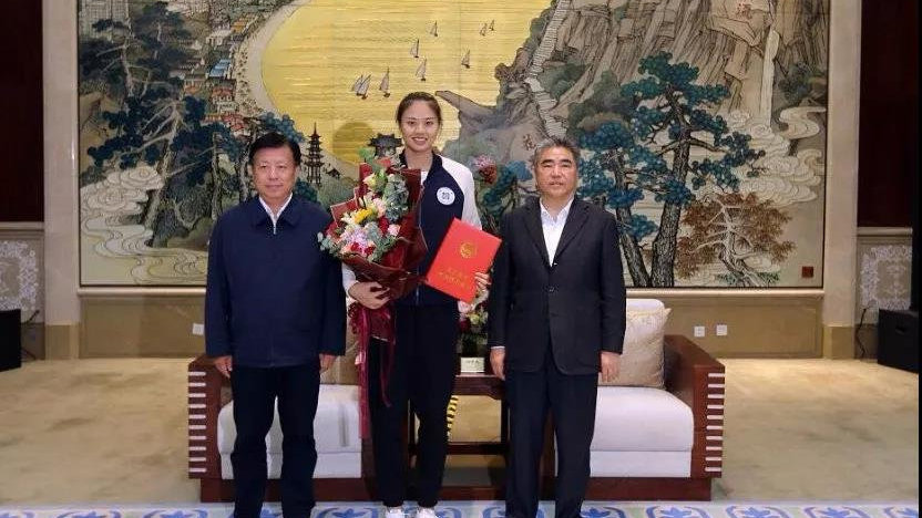 女排队员回乡,市委书记发荣誉证书、市长送鲜花