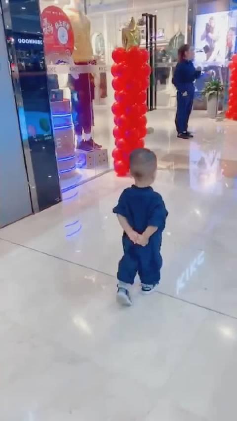 今日我市领导饭后视察了万达广场并对商户气球摆放的安全问题亲自做了
