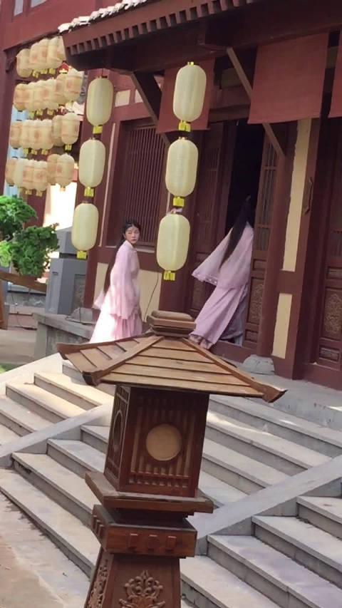赵丽颖剧组女二号周洁琼在帮助理弄衣服