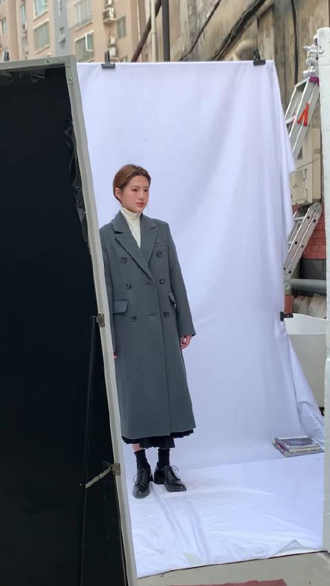 这个g cut大衣是全羊毛的,我下午有穿拍黑色和酒红基础款,厚