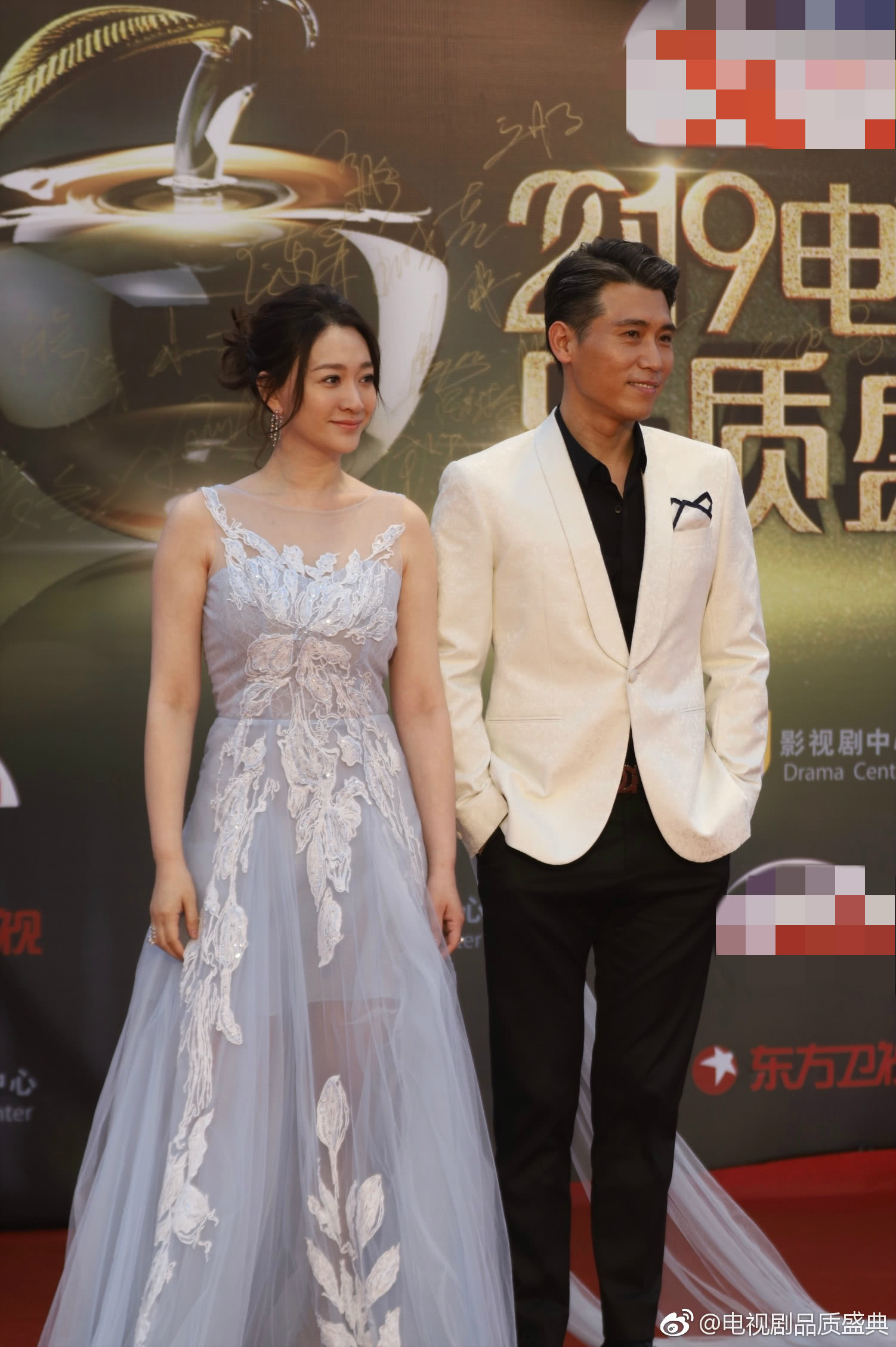 唐嫣罗晋合体,刘涛首次当主持,阴雨天也不影响明星红毯比美!