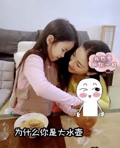 黄奕和女儿一起学习茶道,女儿铛铛越来越淑女,被赞是贴心小棉袄