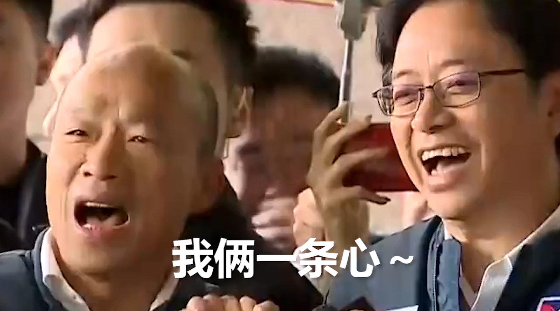 """韩国瑜抽中2号选签 现场和张善政手牵手唱改版""""采红菱"""""""