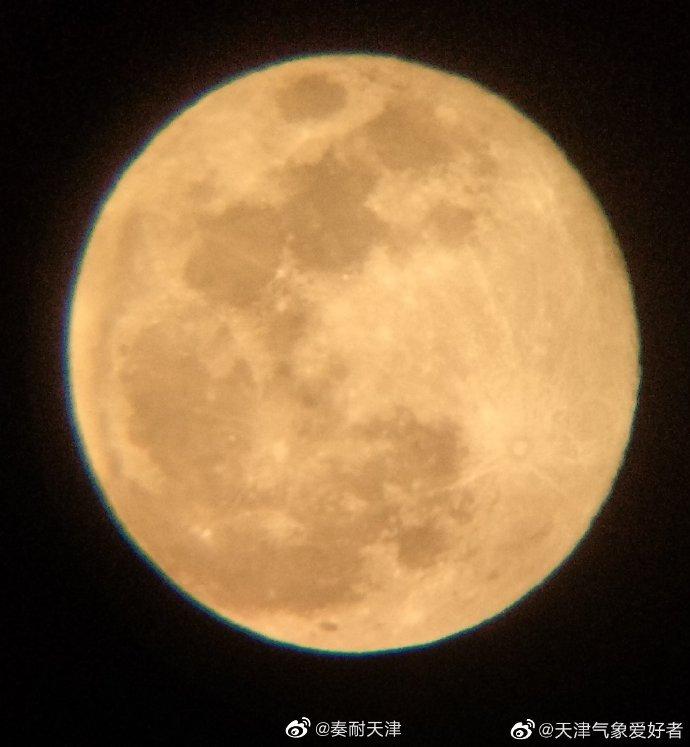 @天津气象爱好者:十五的月亮十六圆。@花黑粉:今晚满月。