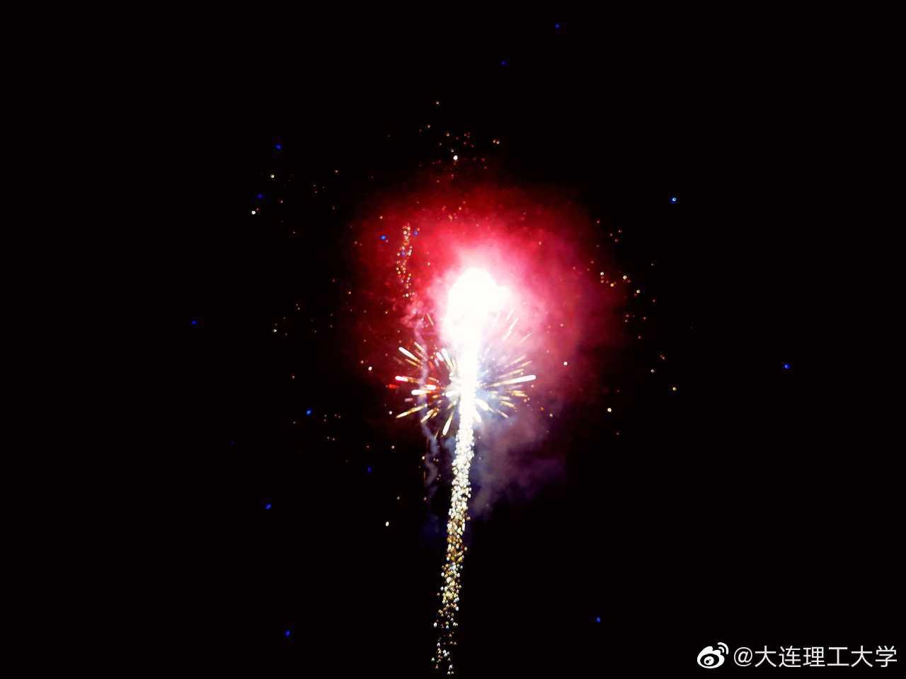 用烟花为武汉祈福,用明月为中国加油!投稿|@Dear-郭子睿