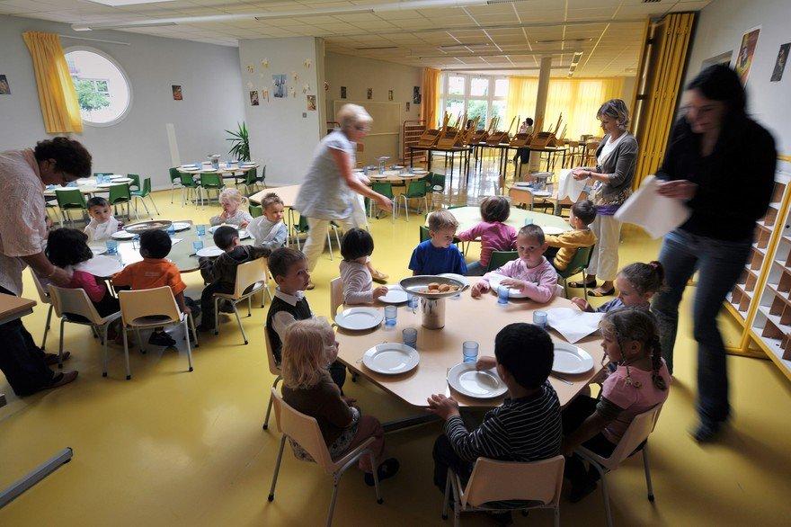 法国幼儿园食堂阿姨疑似虐童:不听话就绑椅子上
