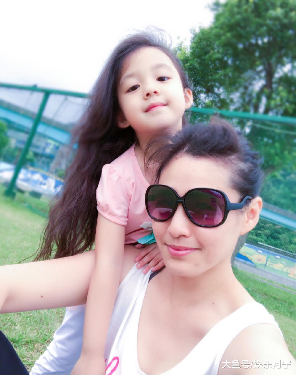 刘耕宏妻子晒女儿照片, 小泡芙依旧软萌可爱, 治愈系笑容元气满满