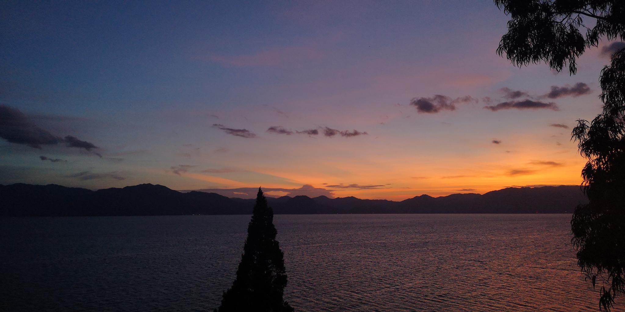 云南天文台抚仙湖太阳观测站上空的夕阳!