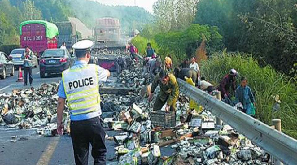 货车高速爆胎20多吨金鲳鱼撒落一地 村民与部分司机竟趁乱哄抢