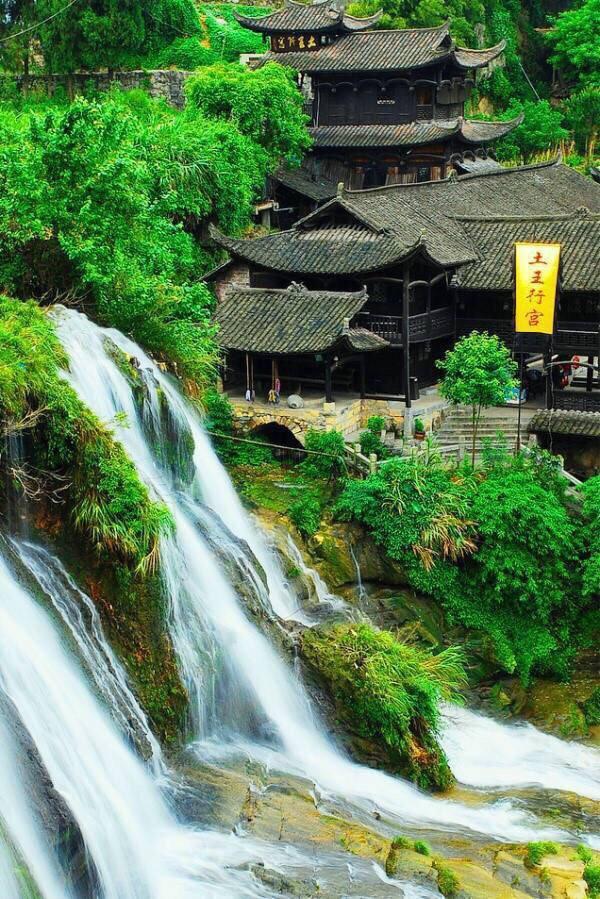 芙蓉镇,本名王村,是一个拥有两千多年历史的古镇