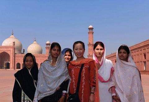 巴基斯坦姑娘来中国旅游,夸赞中国一切都先进,唯独这一点不满意