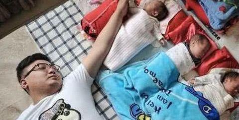 年轻小伙喜当爹,妻子生下女儿一周后又生三个孩子,还有这操作?
