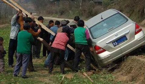 过年期间!为什么有些农民会把车开到田里去?80后:原因有两点