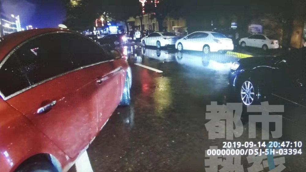 """西安一女司机闹市区违停竟""""拒收""""交警罚单 其丈夫推搡交警被行政拘"""