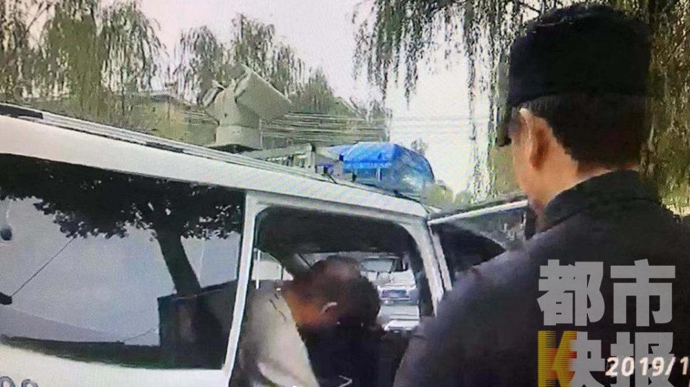车辆脱审被罚拒不改正  再次被罚竟挑衅辱骂交警被拘