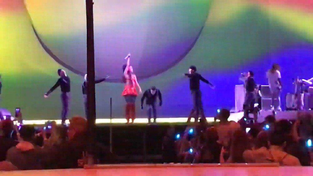 Ariana Grande芝加哥首场演唱会表演Break Free.