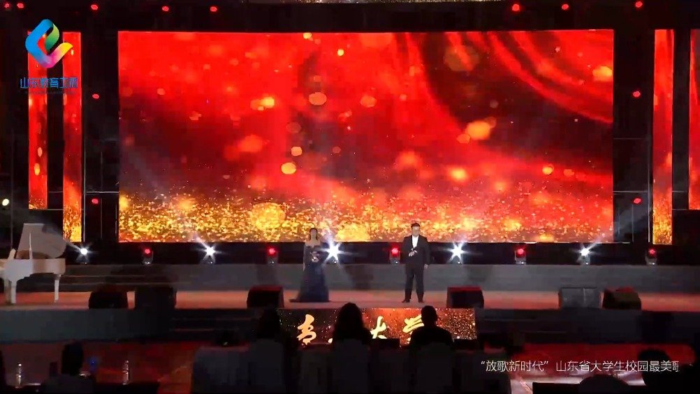 青岛大学的徐飞婷、傅浩宇,演唱《阳光路上》