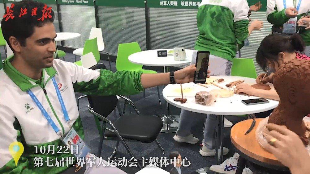 展示中国传统文化,布艺堆绣、泥塑等轮番现身军运会主媒体中心
