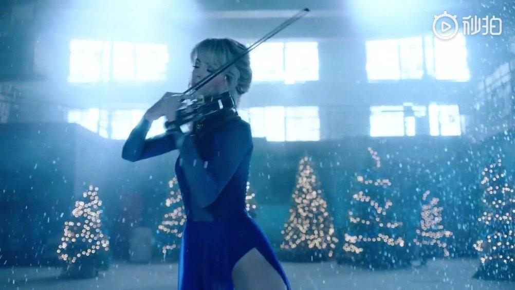 小提琴曲《卡罗尔的钟声》,由小提琴家Lindsey Stirling演奏