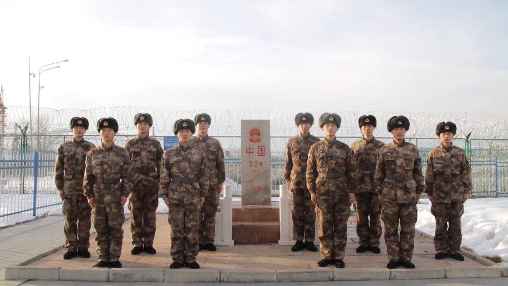 """边防军人向奋战在战""""疫""""第一线的逆行者们致敬,你们的身后是中国"""
