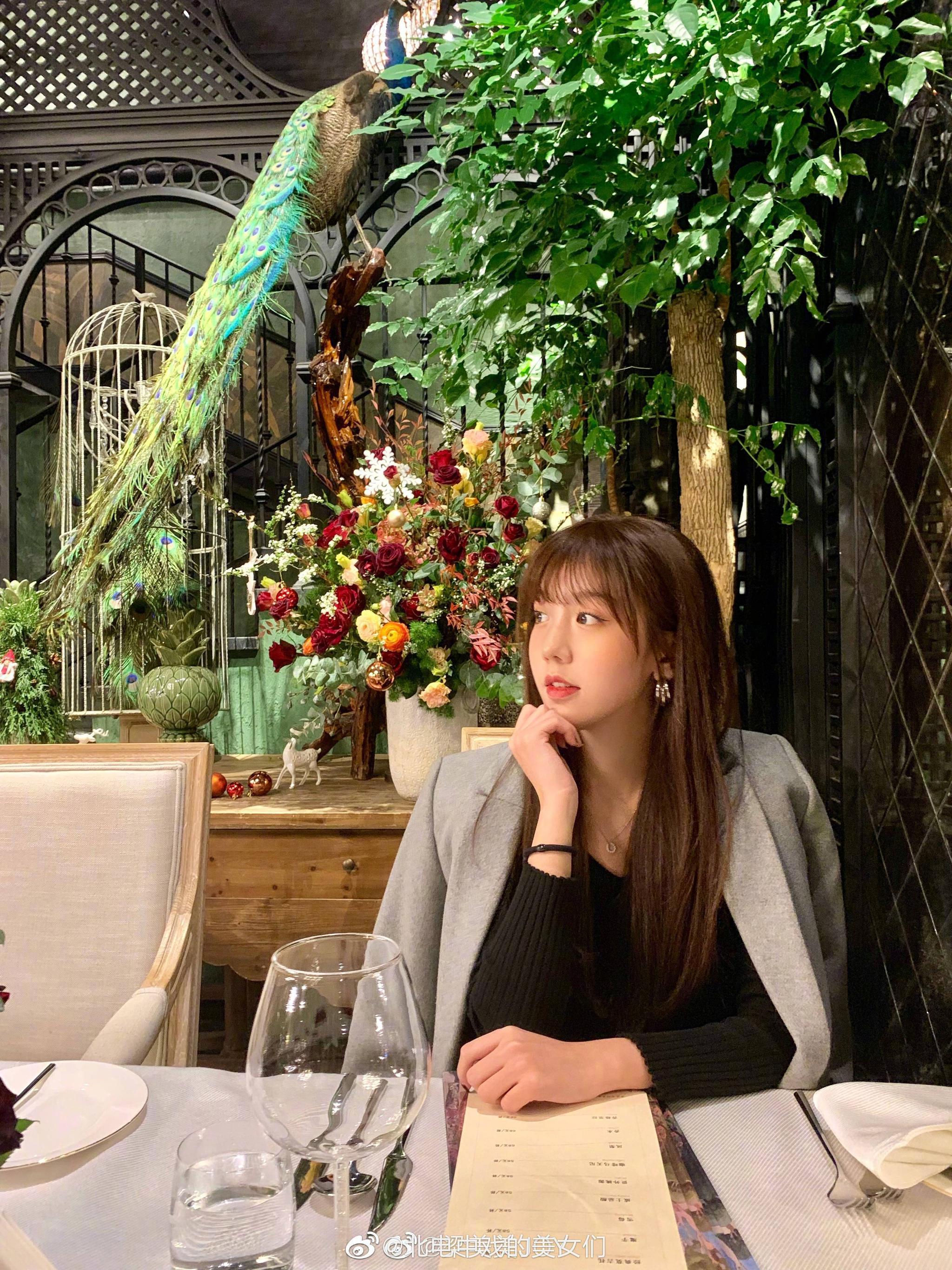 四川大学美术生 19岁 她麻麻也超美!