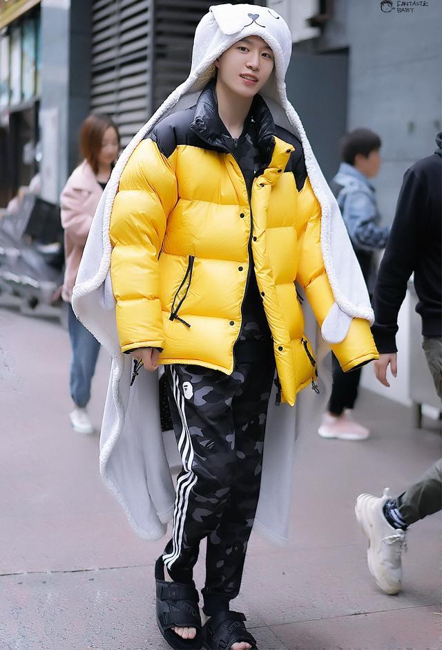 范丞丞新造型上线,拼色羽绒服混搭拖鞋,隔空撞衫黄明昊