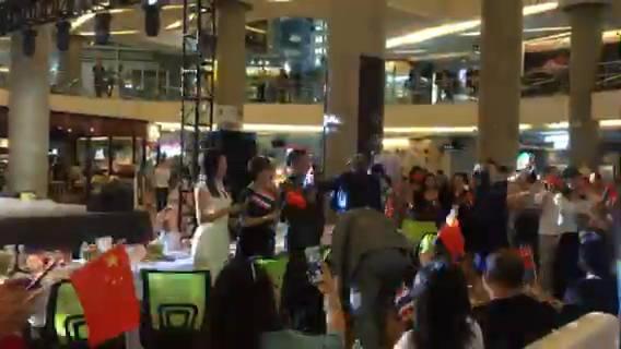 中国达人秀泰国曼谷总决赛现场全场共同欢唱起《我和我的祖国》