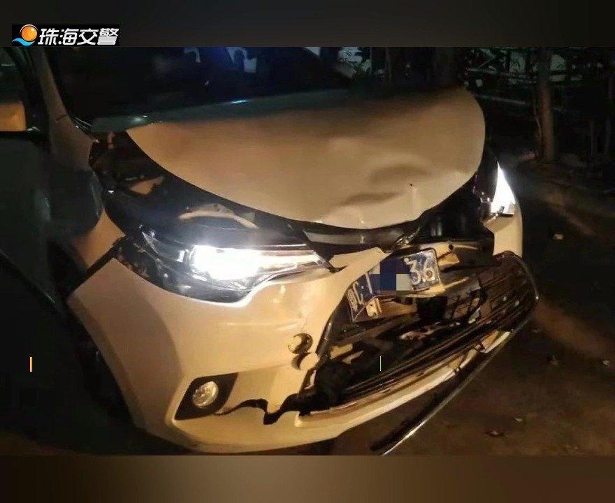 低头看手机造成四车连撞 三辆是丰田