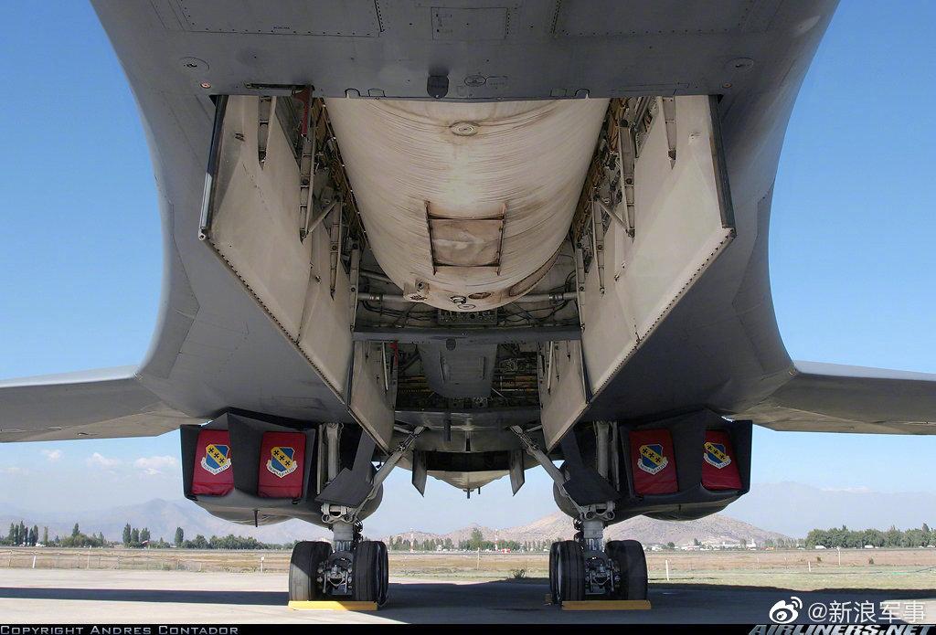 B-1B的超大号副油箱↓↓每个载油8.5吨,能装3个  @彩虹熊_白玮