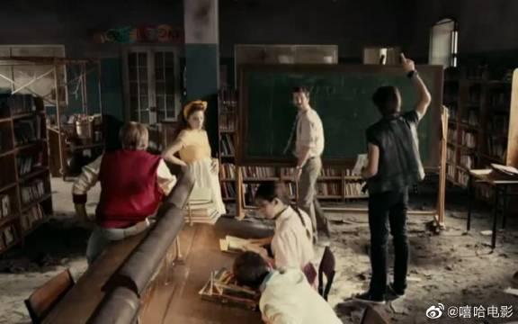 男子来到一所学校,发现教室是一片废墟,校长也是吊死鬼