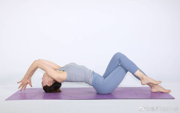 这个简单的动作就能塑造出完美的臀部线条