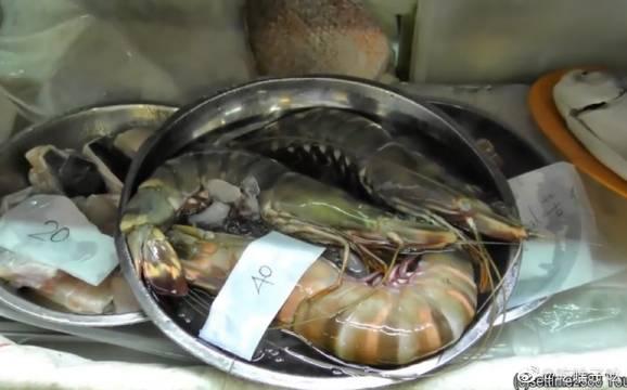 新加坡大排档海鲜 都是用炸的 裹上淀粉再宽油下锅