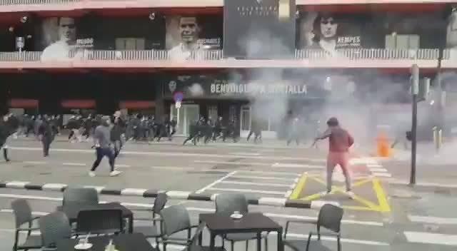 巴萨和瓦伦西亚的极端球迷组织在梅斯塔利亚球场外打起来了...