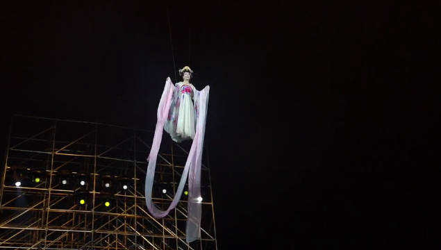 李玉刚演唱会下大雨  玉先生女装吊威亚,太美了