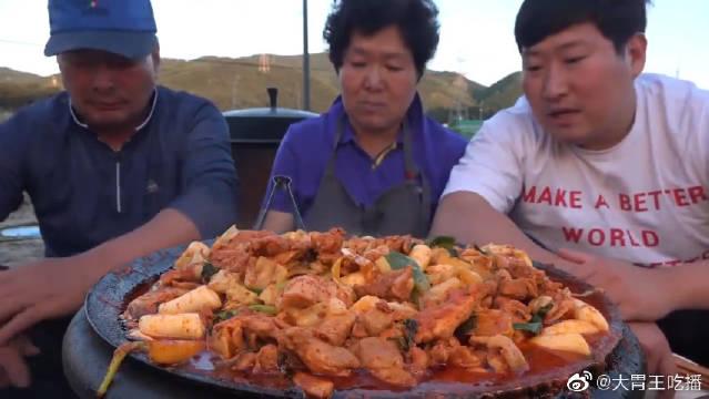 韩国一家三口吃鸡排大锅烩乌冬面,感觉还是不够吃