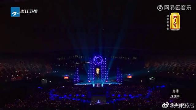 李晨庾澄庆《春泥》,很经典的一首歌,现在听也很好听。