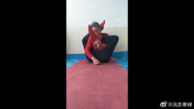 瑜伽老太日常训练,竟然做出这样的动作,这是真功夫!