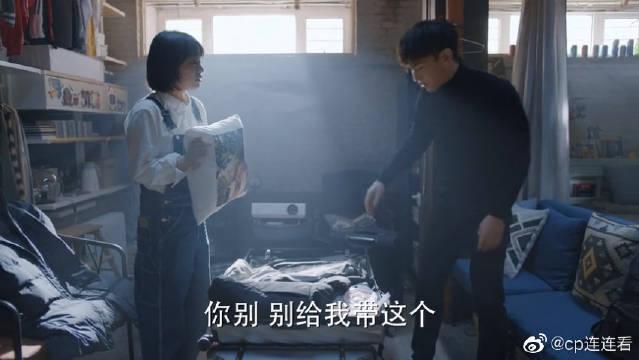 福子给临行前的泽宇收拾行李,贴心送上福子头像抱枕