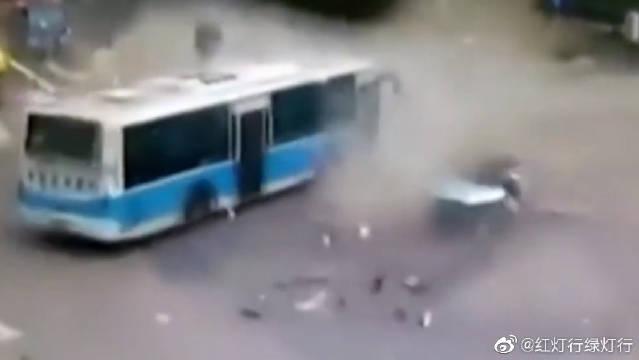 惨烈的车祸瞬间,四分五裂的轿车竟躺在了公交车底下,不忍直视
