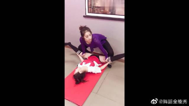 舞蹈房新来的小姐姐,老师给她练习横叉,美女疼得快不行了!