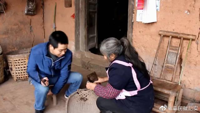 四川农村:三农升哥与老妈种植黑土豆,用了一种特殊化肥