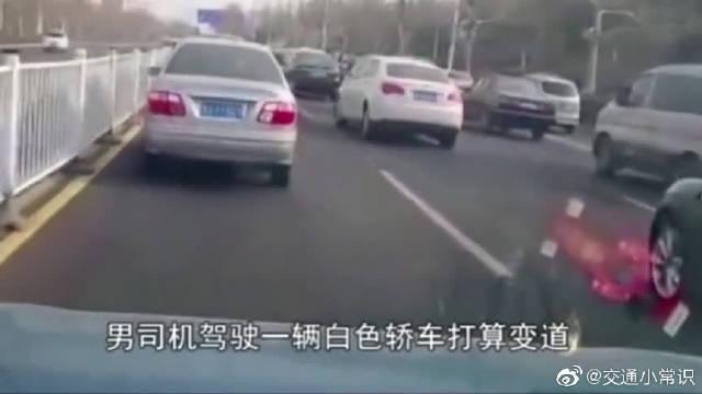 女司机路怒打砸车,可是男司机并没有惯着她,拿起铁棍当头一棒