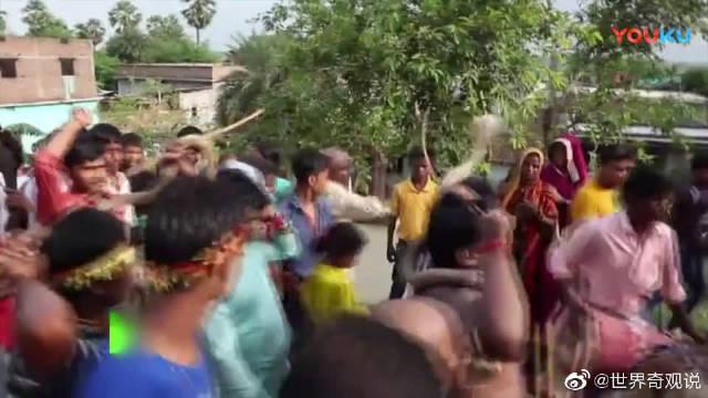 印度敬神者与蛇游行为蛇节祈福